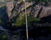 Puente de cuerdas y cristal en China grabado desde un dron