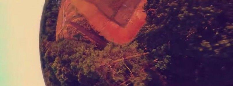 """Dron de carreras """"jugando"""" entre los árboles"""