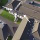 Adolescentes pillados saliendo corriendo del tejado de la escuela